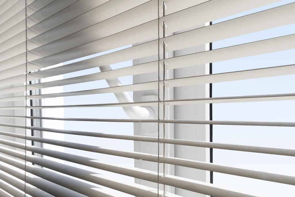 żaluzje do okien białych